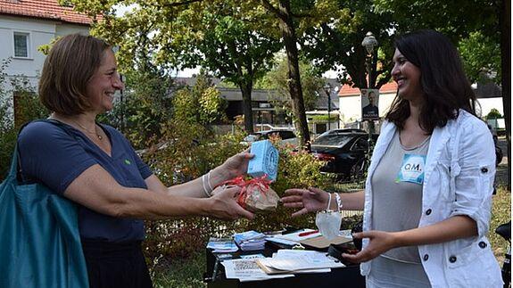 Dr. Katja Adelhof (links) überreicht Brot und Salz an Seira Kerber vom QM-Team Germaniastraße. (Bild: QM Germaniastraße)