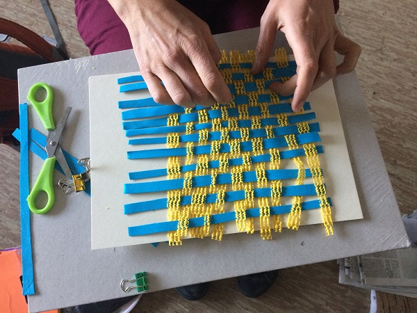 Flechten mit modernen Materialen beim Verein BRAND. Bild: Christiane Bischoff