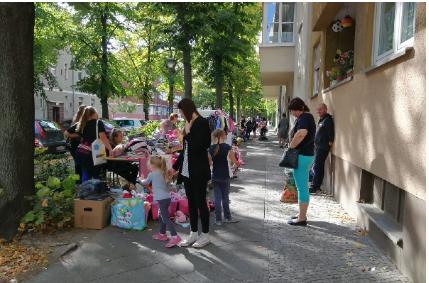 Bunte Flohmarktstände beim Maimarkt im Jahr 2018. Bild: QM Auguste-Viktoria-Allee