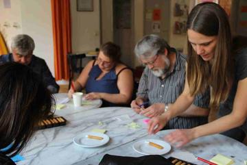Glückskekse-Backen während der Zukunftswerkstatt Soldiner Straße. Foto: Dominique Hensel