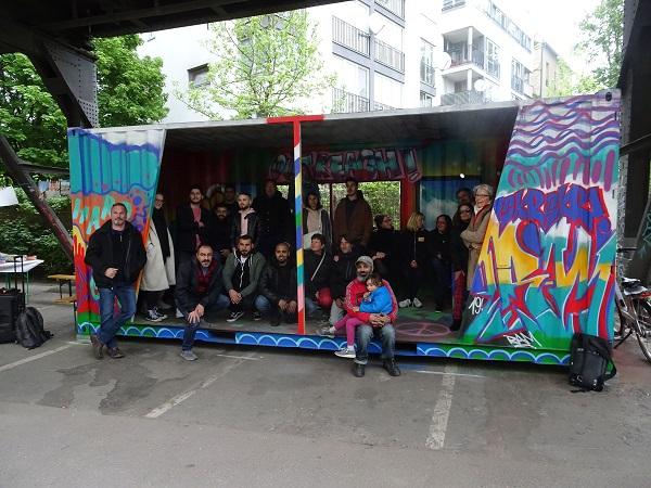 Gruppenfoto: Viele Beteiligte kamen zur Einweihung des neuen Treffs für Jugendliche. Bild: Dorothee Borski / QM
