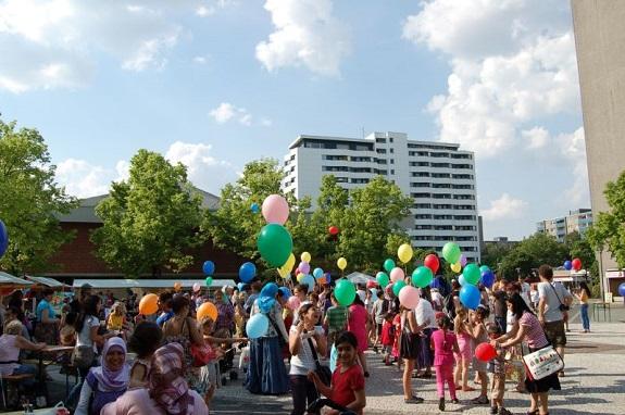 Eine Gruppe von Kindern mit Luftballons