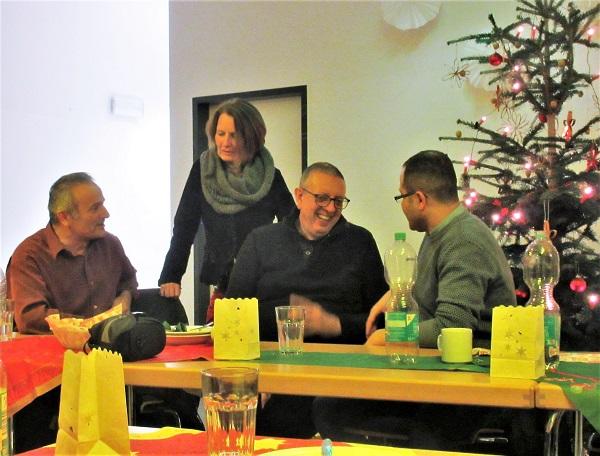 Der Abend diente auch zum Austausch zwischen den neuen und alten Mitgliedern. Bild: Jens Sethmann