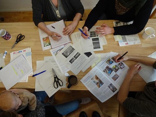 Bei einer Redaktionssitzung. Bild: GenerationenRaum