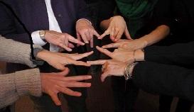 Hände bilden ein Netzwerk. Foto: südost-Europa-Kultur e.V.