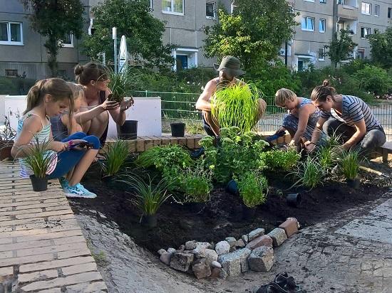 Helfende der Nachbarschaft beim Pflanzen. Foto: Joachim Schmidt, QM Kosmosviertel