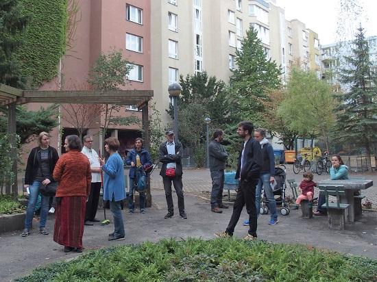 Gartenaktive beim Spaziergang zu Gartenprojekten im Schöneberger Norden.  Foto: Bettina Walther / QM Schöneberger Norden