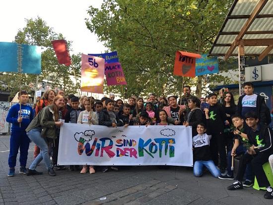 Gruppenfoto der Klasse 5b der Jens-Nydahl-Grundschule nach der Kinderdemo. Foto: Kotti-Coop e.V.