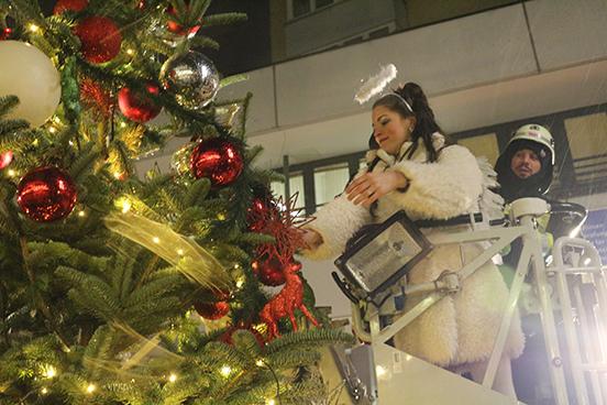 Wer Schmückt Den Weihnachtsbaum.Feuerwehreinsatz Für Den Weihnachtsbaum