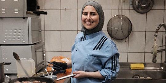 Malakeh aus Syrien liefert täglich kostenlos Essen aus ihrem Restaurant an Angestellte des Supermarkts um die Ecke. Bild: GoVolunteer