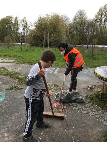 Viele große und kleine Bewohnerinnen und Bewohner helfen beim Säubern der Spielplätze im Kiez. Bild: QM Alte Hellersdorfer Straße