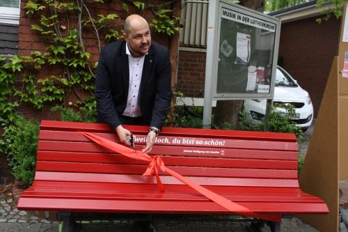 Der Spandauer Bezirksstadtrat für Bauen, Planen und Gesundheit Frank Bewig, übergab die Bänke der Öffentlichkeit. Bild: S.T.E.R.N. GmbH