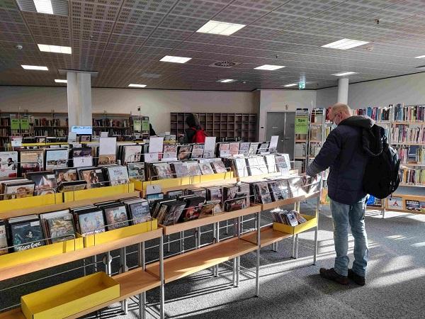In der Helen-Nathan-Bibliothek in den Neukölln Arcaden kann man mehr als nur Bücher ausleihen. Foto: Birgit Leiß