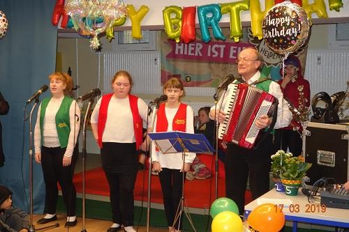 """Der Chor """"Marzahner Promenaden-Mischung"""" eröffnete die Jubiläumsfeier. Foto: QM Marzahn-Nordwest"""