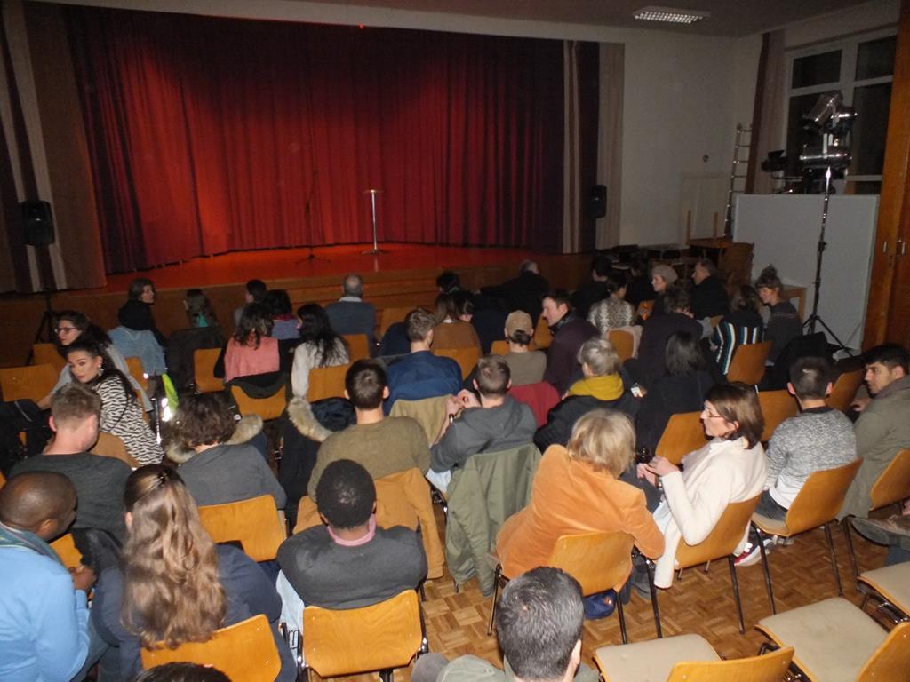 """Comedy statt Predigten während der Veranstaltung """"St. Comedy"""" in der Flüchtlingskirche. Foto: Flüchtlingskirche"""