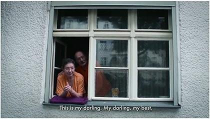 Screenshot der Fenstergeschichten mit Straßenasicht von zwei Menschen am offenen Fenster