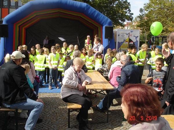 Auf dem Friedensfest traten auch Kita-Kinder sowie Schülerinnen und Schüler auf. Bild: Rolf A. Götte