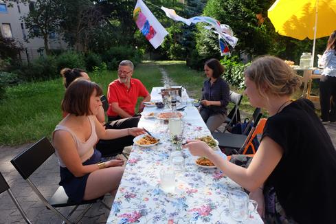 Beim gemeinsamen Essen kamen die Anwohner miteinander ins Gespräch. Bild: QM Donaustraße-Nord