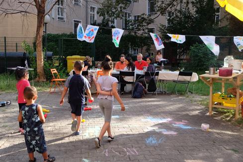 Der Hinterhof bietet viel Platz zum Malen und Spielen. Bild: QM Donaustraße-Nord