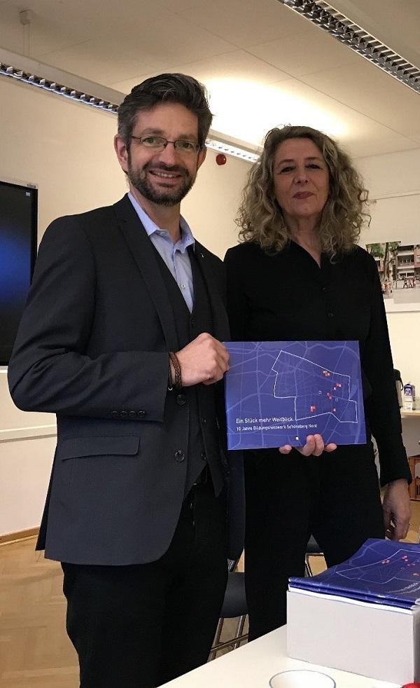 Regionalleiterin Dagmar Jotzo und Jugendstadtrat Oliver Schworck präsentieren die neue Broschüre zum Bildungsnetzwerk. Foto: Reinhilde Godulla