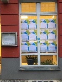 Vor dem QM-Büro hängen 54 Plakate, die mit Ideen und Wünsche gefüllt werden können. Bild: QM Moabit-Ost