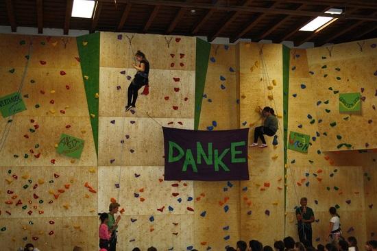 Die Schülerinnen und Schüler freuen sich über ihre neue Kletterwand. Foto: Aline Löw/GB