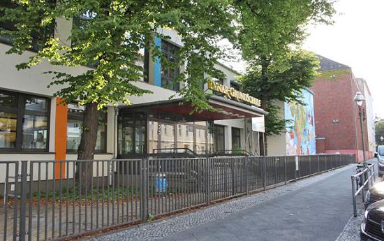Außenansicht der LYnar-Grundschule. Foto: S.T.E.R.N GmbH