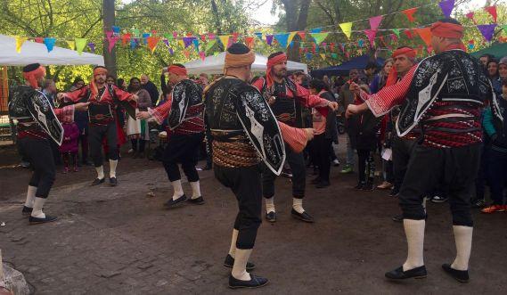 Eine Männertanzgruppe beim Kiezfest.