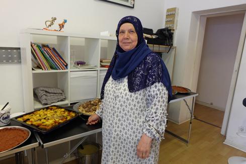 Fatme Hajjaj vor den von ihr zubereiteten Speisen. Bild: QM Donaustraße-Nord