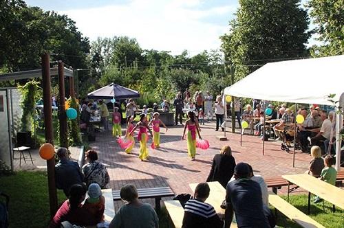 Eine vietnamesische Tanzgruppe zeigte traditionelle Tänze. Bild: K. Heinze / QM Mehrower Allee / Weeber + Partner
