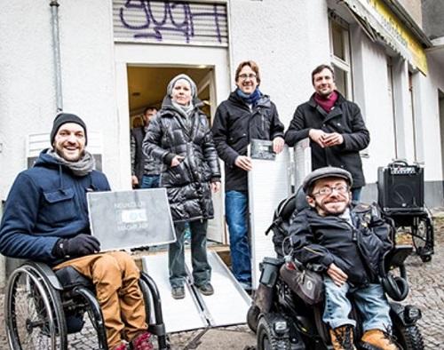 Aktivist Raul Krauthausen (vorne rechts) freut sich zusammen mit Bezirksstadtrat Jochen Biedermann (hinten Mitte) und den Anwohnern über die neuen Rampen. Foto: AG.URBAN und Jörg Farys, die projektoren