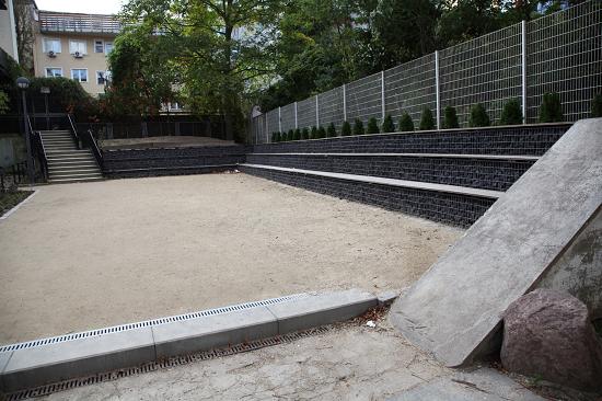 Das Ergebnis ist ein Schulhof mit Grün und zahlreichen Sitzgelegenheiten. Foto: QM Badstraße