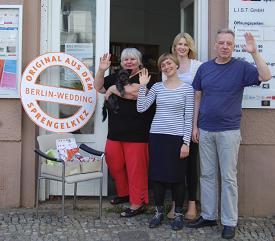 Das Quartiersmanagement-Team Sparrplatz, Carola Patalano mit Lila im Arm, Magdalene Loda, Julia Kunze, Michael  Langer von (links nach rechts) Foto: L.I.S.T. GmbH