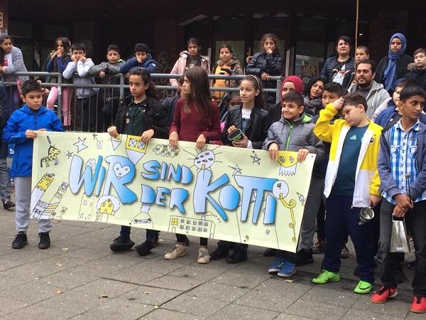 Mit einer Demonstration eröffneten die jungen Künstlerinnen und Künstler der Jens-Nydahl-Schule ihre Ausstellung am Kottbusser Tor. Bild: Kotti Coop e.V.