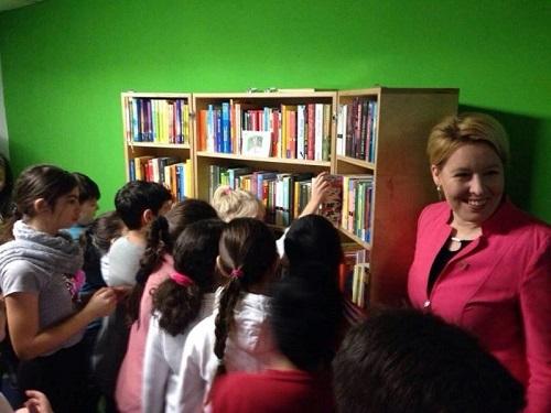 Bezirksbürgermeisterin Dr. Franziska Giffey eröffnet das Verschenkregal. Foto: Rebecca Haertel, Berliner Büchertisch e.V.