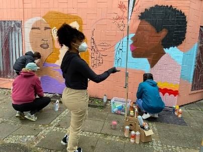Während der Herbstferien 2020 konnten Jugendliche in Workshops graue Häuserwände verschönern.  Bild: QM Falkenhagener Feld West