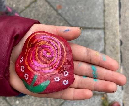 Auch Steine können mit etwas Farbe zu kleinen Kunstwerken werden. Bild: QM Falkenhagener Feld West
