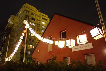 Hell leuchten die von den Bewohnerinnen und Bewohnern gestalteten Laternen. Foto: QM Auguste-Viktoria-Allee