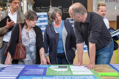 """Senatorin Katrin Lompscher (Mitte) beim Stadtforum """"beteiligen!"""" am 26. Juni 2017. Foto: Till Budde"""