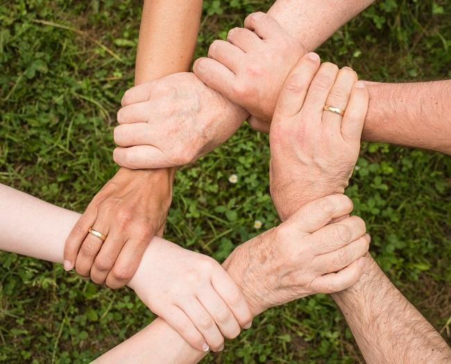 Mit dem Förderprogramm Engagement fördern, Ehrenamt stärken und gemeinsam wirken. Das Symbolbild soll in der Zeit des COVID 19 auf den Gemeinschaftssinn hinweisen. Bild: fauxels/ pexels