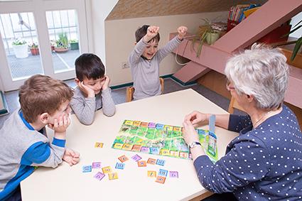 Kinder werden spielerisch auf die Schule vorbereitet. Bild: QM Letteplatz