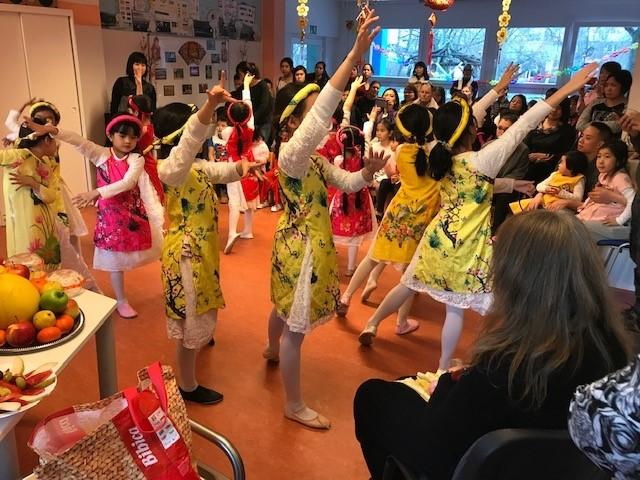 Kinder zeigten vietnamesische Tänze in farbenprächtigen Kostümen. Bild: Dao Tran Thi