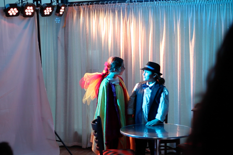 """Das Theaterstück """"Geld und Geister"""" auf der Bühne des Treffpunkts """"Kaffeeklatsch"""". Fotos: Felix Zohlen"""