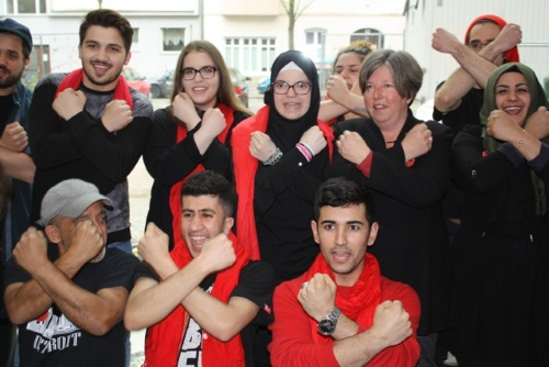 Senatorin Katrin Lompscher mit den Jugendlichen vom Theater X. Bild: Gerald Backhaus